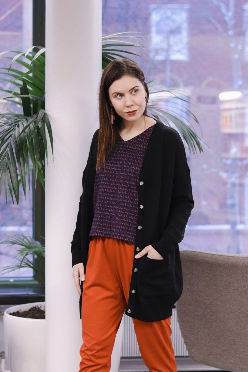 aarre_woman_little_stranger_edith_knitted_cardigan_black_carol_pants_housut_bossa_nova (4)_small