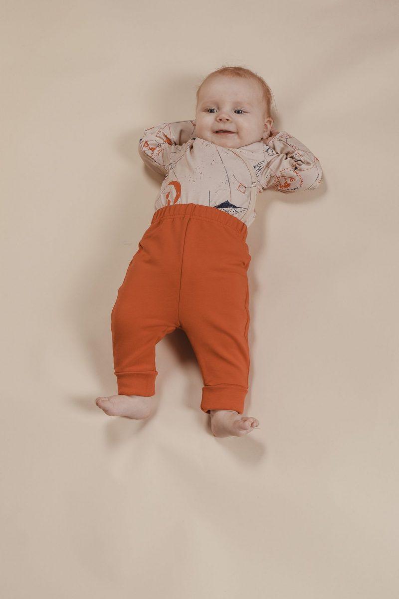 aarrekid_baby_vauva_little_stranger_exploring_in_space_beige_kimono_body_max_baby_pants_housut_rust (11)_small